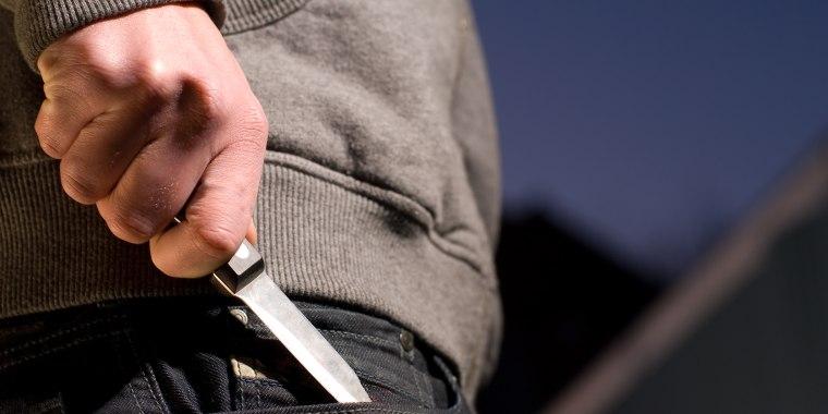 El adolescente fue atacado con un cuchillo y una espada, según las autoridades.