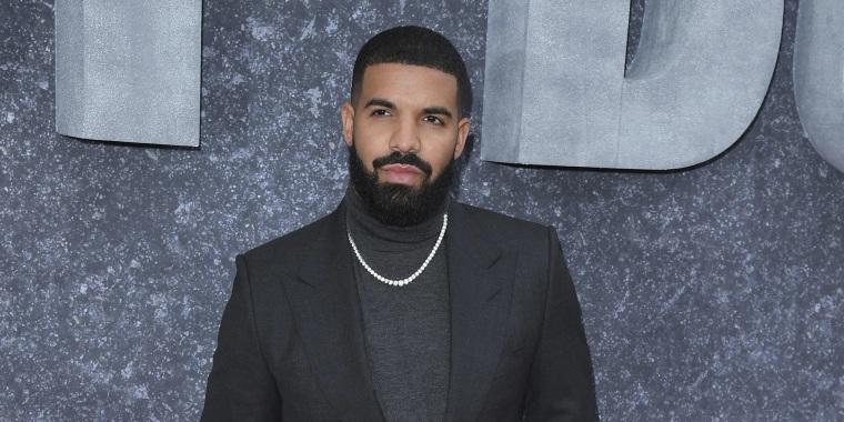 Drake con atuendo negro.