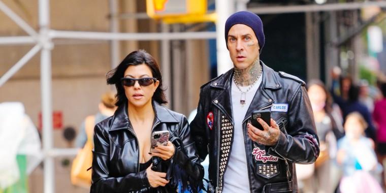 Kourtney Kardashian y Travis Barker caminando en Nueva York
