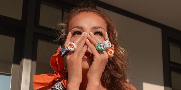 Thalia posando con muchos anillos