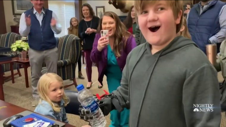 11 Year Old Boy Gets Life Changing Christmas Gift 3d Printed Hands