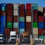 Contenedores apilados en el puerto de Long Beach, California