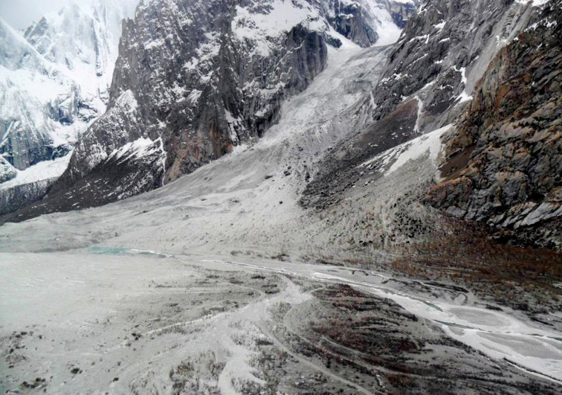 Image: The site of an avalanche that buried more than 130 people in a mountainous region of Pakistan