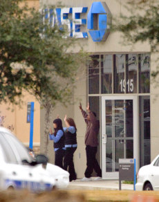 Image: Two hostages, suspect leave bank