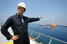 Image: BP CEO Tony Hayward surveys gulf spill repair work