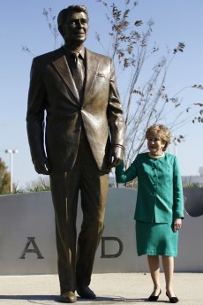 Image: Elizabeth Dole, former Secretary of Transportation, holds onto a newly-unveiled statue of Reagan at Ronald Reagan National Airport near Washington