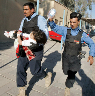Image: Iraqi policemen with wounded child