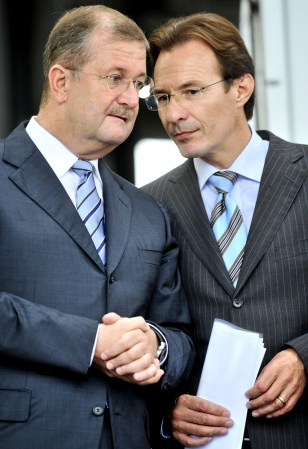 Image: Departing Porche CEO Wendelin Wiedeking and his successor Michael Macht