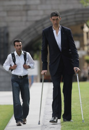 Image: The new tallest man in the world visits London