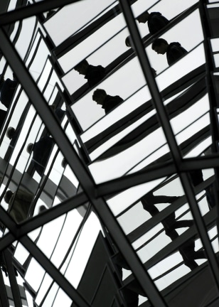 Image: Visitors are reflected in mirrors in the glass dome of the Reichstag building