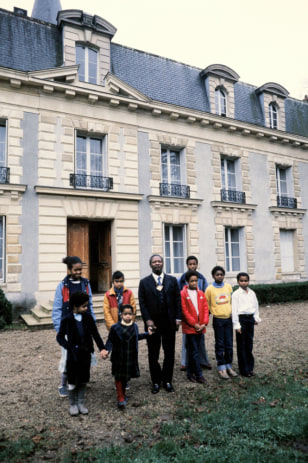 Image: Jean-Bedel Bokassa poses with family members at the Hardricourt castle in 1984