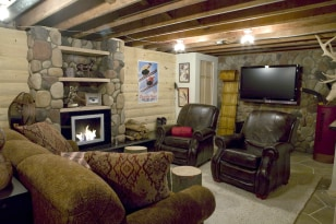 Image: Ski-lodge-themed man cave