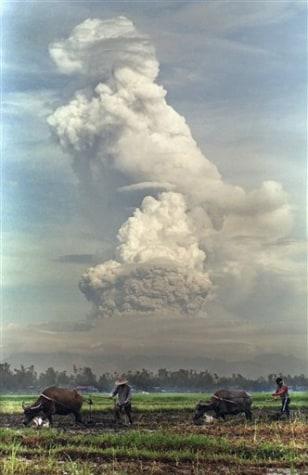 IMAGE: MOUNT PINATUBO ERUPTS
