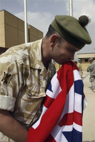 Image: British soldier leaving Iraq
