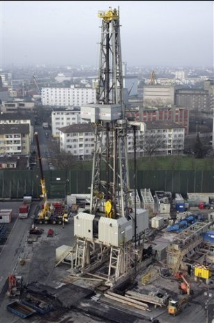 IMAGE: DRILLING DERRICK FOR GEOTHERMAL PROJECT