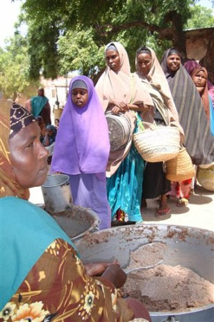 Image: Somali women wait for food aid
