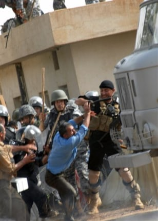 Image: Iraqi police clash with protesters