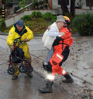 Image: L.A. crew help 91-year-old woman