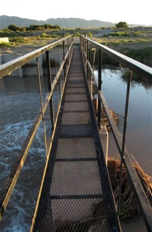 Image: A footbridge across the Rio Grande