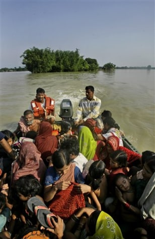 Image: Crowded rescue boat