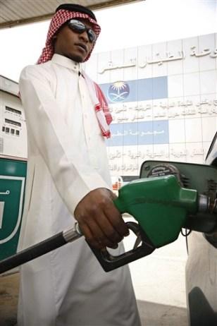Image: Saudi man fills tank