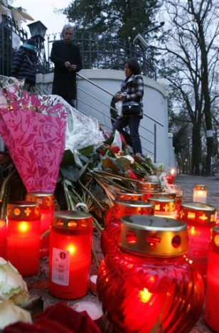 Image: Candles lit for Polish crash victims