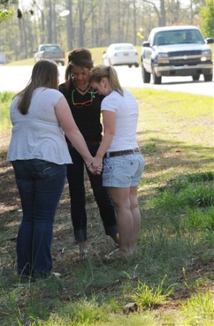 Image: Friends pray for teen killed