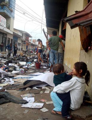 Image: Bolivians survey damage