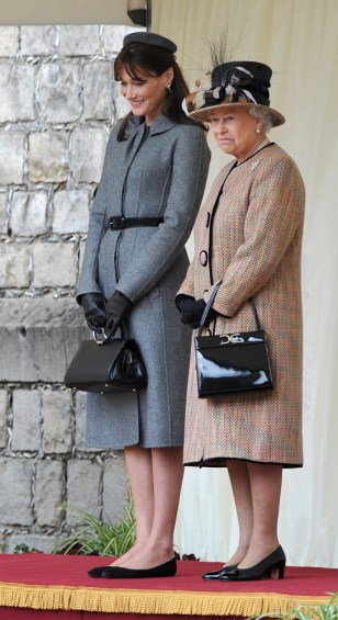 Image: Britain's Queen Elizabeth II (right) and France's first lady Carla Bruni-Sarkozy