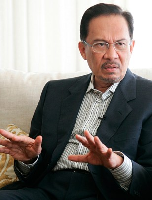 Image: Malaysian opposition figurehead Anwar Ibrahim speaks during a news conference in Dubai