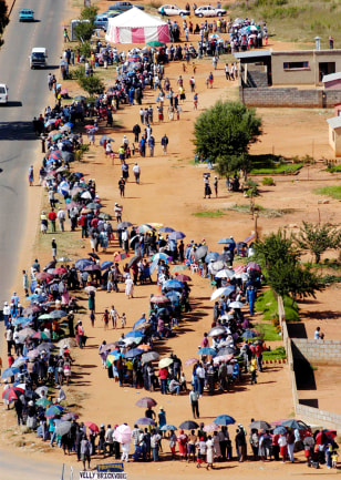 Image: South Africans line up to vote.