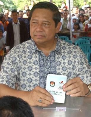 IMAGE: Susilo Bambang Yudhoyono casts his vote.