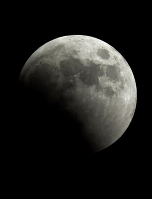 Image: Moon begins to cross into Earth's dark shadow during total lunar eclipse