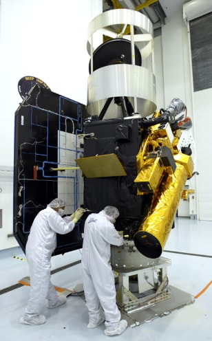 Deep Impact spacecraft readied for launch to comet Tempel 1