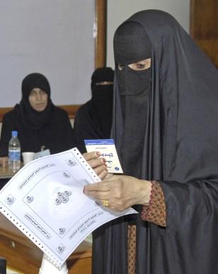Image: Kuwaiti woman votes