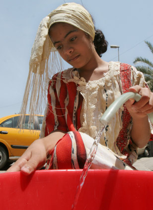 Image: Iraqi girl getting water