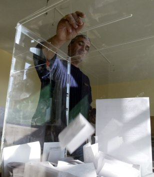 Kosovo Serb villager votes inreferendum for new Serb constitution