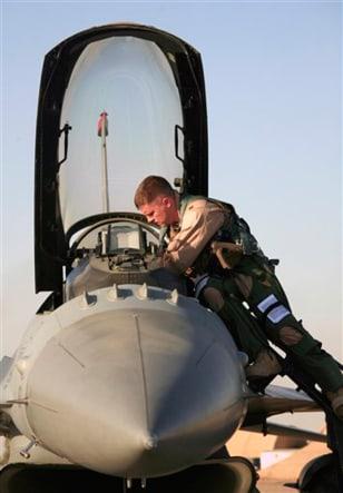 Image: F-16 pilot prepares for flight