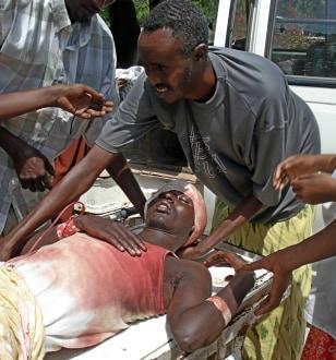 Image: Wounded man in Mogadishu