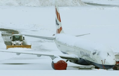 Image: Snow covers Edinburgh Airport