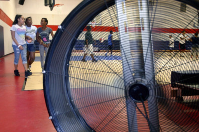 Image: Fan cools children at gym in Oklahoma City
