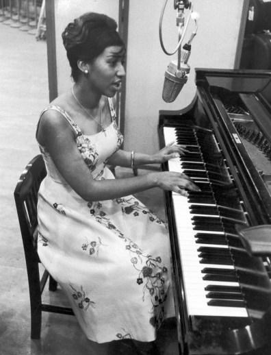 Areta Frenklin (Aretha Franklin)  Ss-101105-Aretha-Franklin-1961-piano.grid-5x2