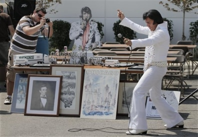 Image: Elvis impersonator at Blagojevich auction