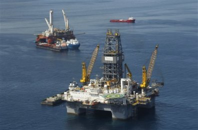 Image: Drill rigs at scene of oil spill