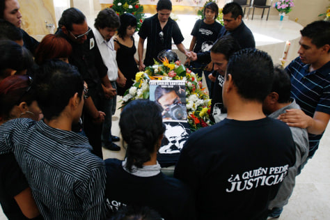 Image: Friends, colleagues and family members mourn the death of Luis Carlos Santiago during his funeral in Ciudad Juarez