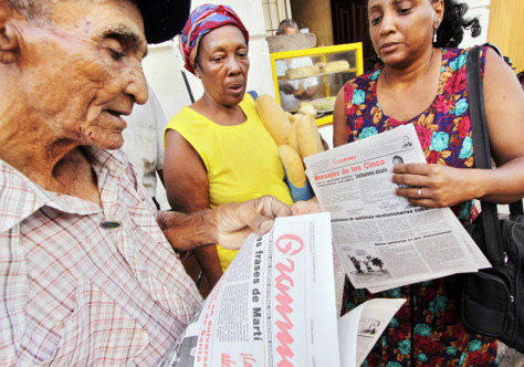 Image: Cubans read the newspaper