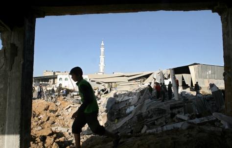 Image: Palestinians inspect buildings