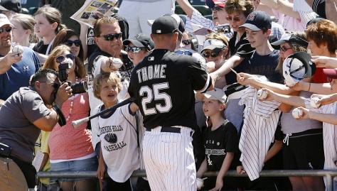 Image: Chicago White Sox's Jim Thome signs autographs