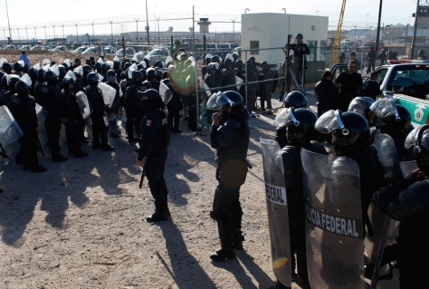 Image: Federal riot police await orders to enter to end a riot at the state prison on the outskirts of the border city of Ciudad Juarez
