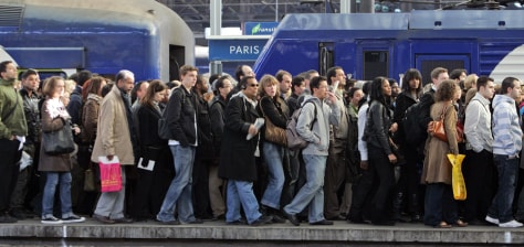 Image: French commuters crowd onto a railway platform